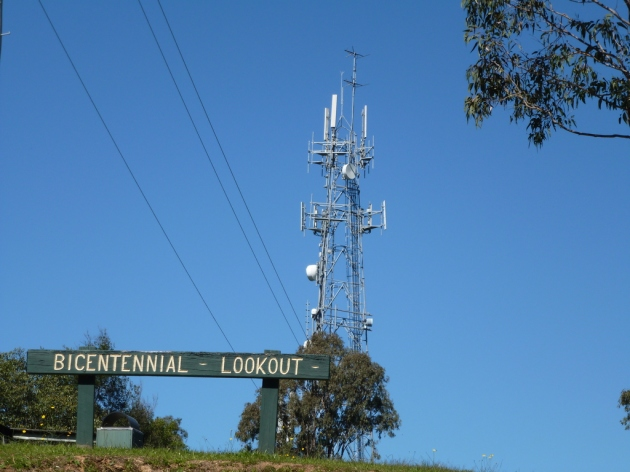Bicentennial Lookout broadcast tower © 2013 FMdxing at wordpress