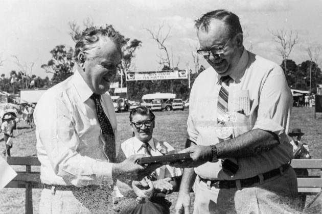 QLD Premier, Joh Bjelke- Petersen & Roy Deicke, Carina Speedway © 1981 srv007